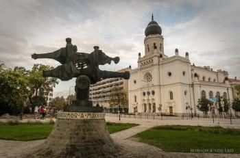 Borsos Szilárd: Kecskeméti Mikrokozmosz a makrókozmoszban szobor a Zsinagóga előtt