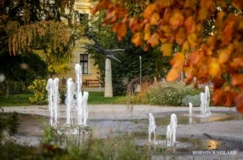 Borsos Szilárd: Kecskeméti ősz a Kossuth téren a szökőkútnál